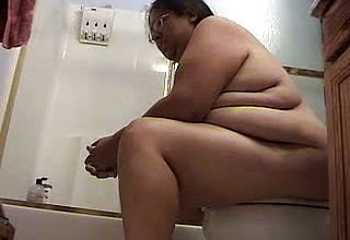 Plumper Indian fledgling Dame pooping in the Wc On web cam